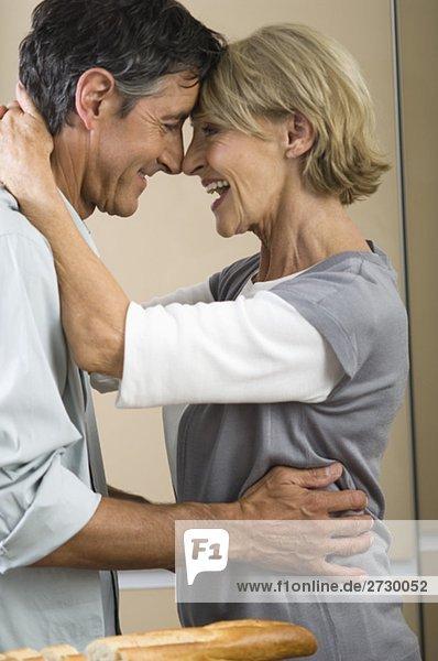 Paar steht Stirn an Stirn und lächelt sich an  fully_released