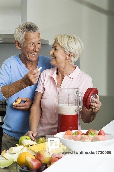 Altes Paar bereitet einen Milchshake zu  fully_released Altes Paar bereitet einen Milchshake zu, fully_released