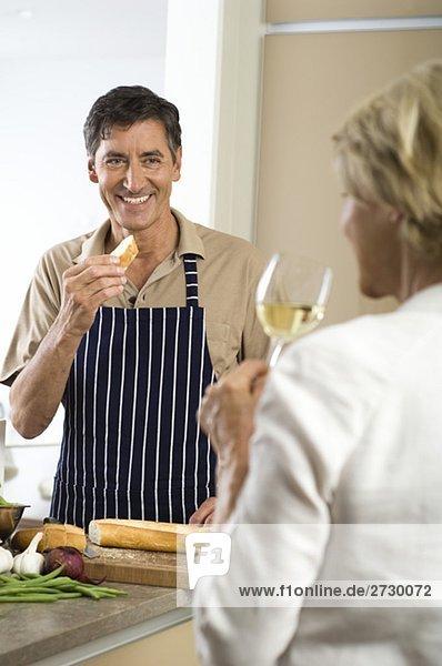 Älterer Mann isst Baguette  Frau trinkt ein Glas Weißwein  fully_released