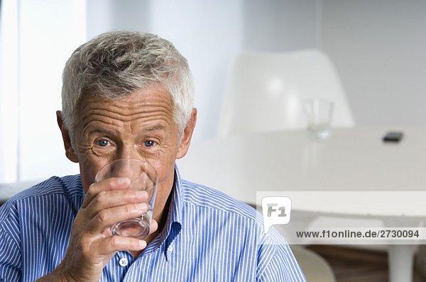 Alter Mann trinkt ein Glas Wasser  fully_released Alter Mann trinkt ein Glas Wasser, fully_released