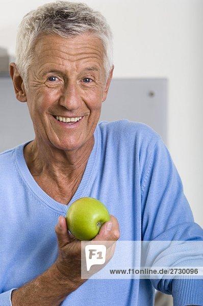 Alter Mann hält einen Apfel  fully_released Alter Mann hält einen Apfel, fully_released