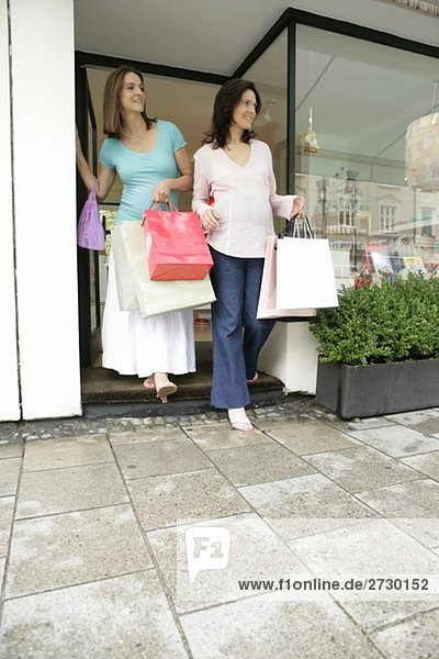 Zwei schwangere Frauen beim Shopping  verlassen Geschäft  fully_released