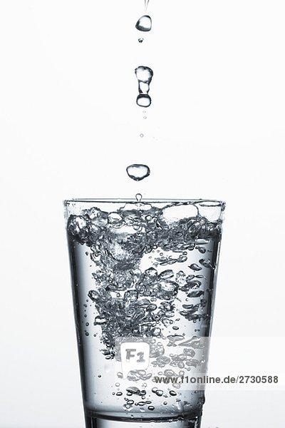 Wassertropfen über Wasserglas
