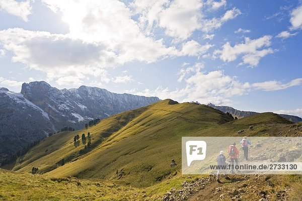 Drei Bergwanderer Kletterberg  Italien