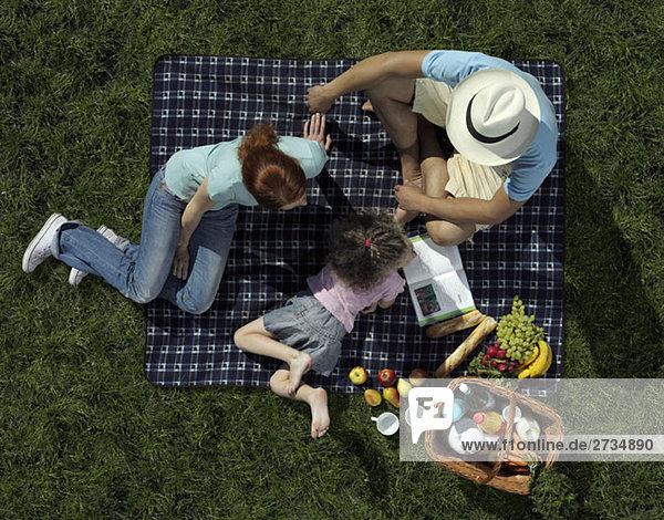 Familie beim Picknick auf Rasen