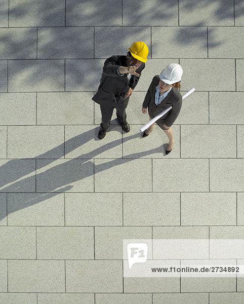 Zwei Architekten diskutieren vor Ort