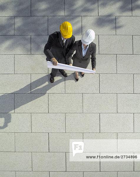 Zwei Architekten auf der Suche nach einem Bauplan
