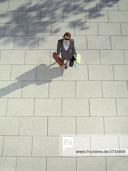 Eine Frau mit Einkaufstaschen