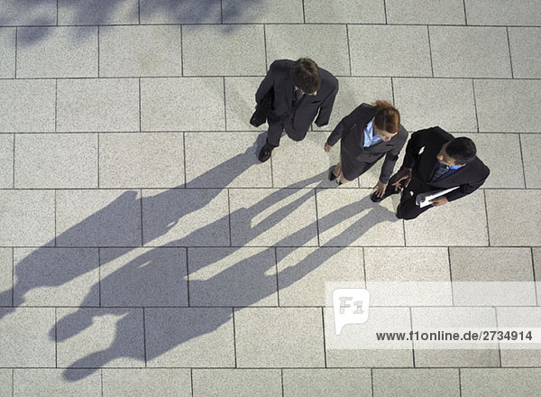 Drei Geschäftsleute zu Fuß