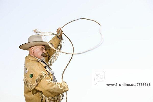 Ein Cowboy wirft ein Lasso. Ein Cowboy wirft ein Lasso.