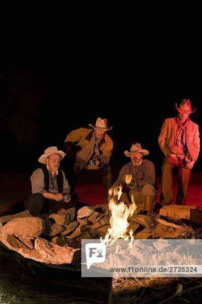 Cowboys sitzen nachts am Lagerfeuer. Cowboys sitzen nachts am Lagerfeuer.