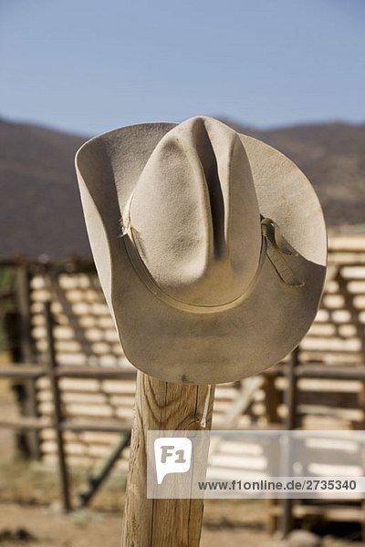 Ein Cowboyhut an einem Zaun. Ein Cowboyhut an einem Zaun.