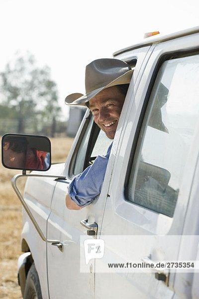 Ein Mann  der aus dem Fenster schaut und lächelt. Ein Mann, der aus dem Fenster schaut und lächelt.