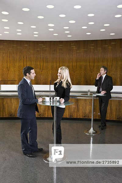 Geschäftsleute im Café