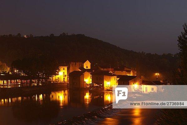 Gebäude beleuchtet nachts, Mincio-Fluss, Peschiera del Garda, Provinz Verona, Region Venetien, Italien