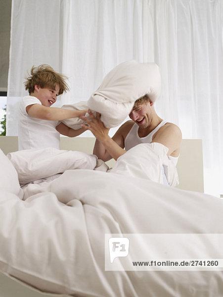Kissenschlacht im Elternbett