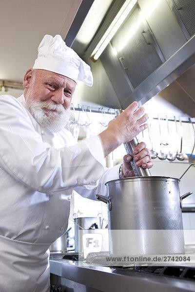 Koch Kochen in gewerbliche Küche