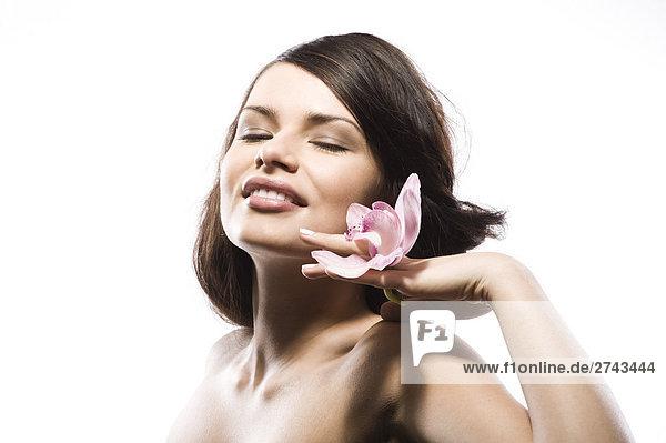 junge Frau mit Rosa Orchidee mund
