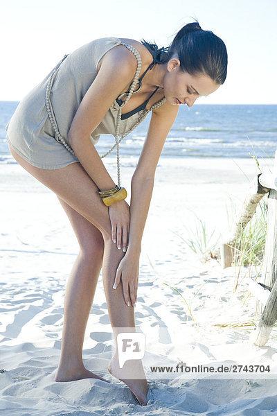 Frau sämig Beine am Strand