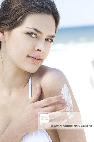 Frau sämig Schultern am Strand