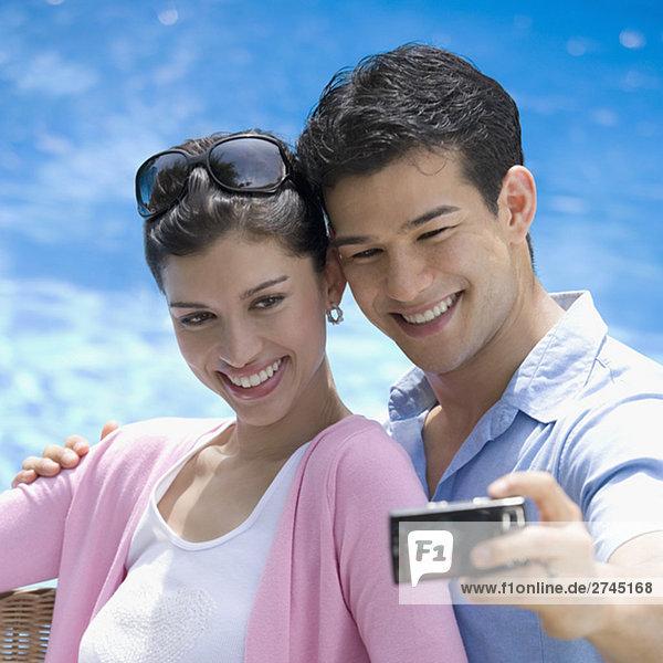 Nahaufnahme eines jungen Paares  wobei ein Bild von sich selbst