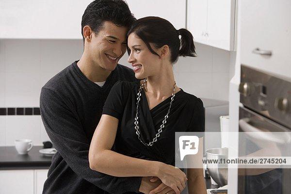 junges Paar romancing in der Küche