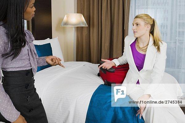 Zwei Geschäftsfrauen miteinander zu reden