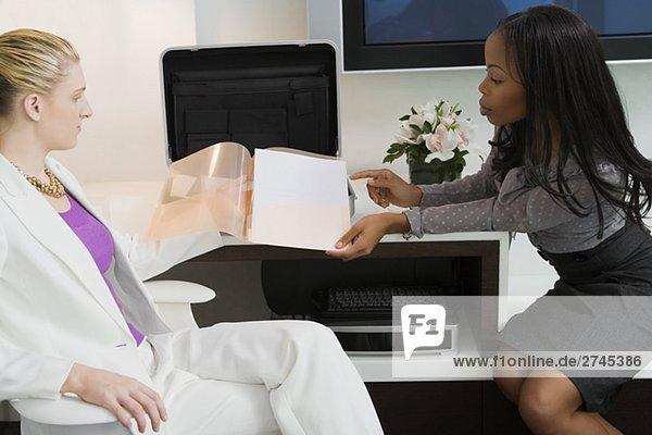 Geschäftsfrau  die eine Datei zu einer anderen geschäftsfrau