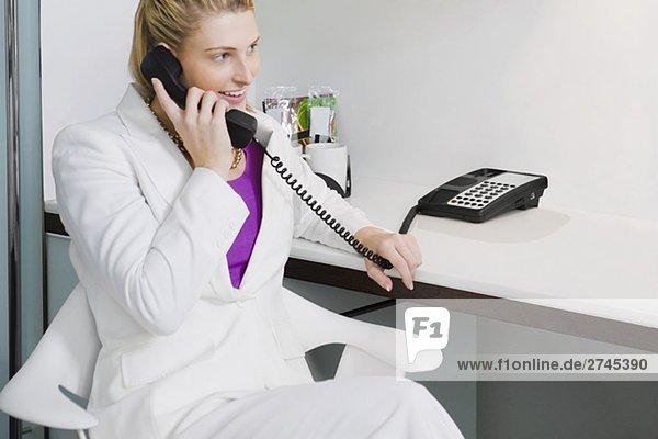 Geschäftsfrau Gespräch am Telefon und lächelnd
