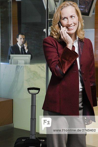 Reife Frau Gespräch auf einem Mobiltelefon und lächelnd