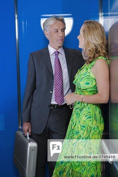 reifes Paar in einem Aufzug