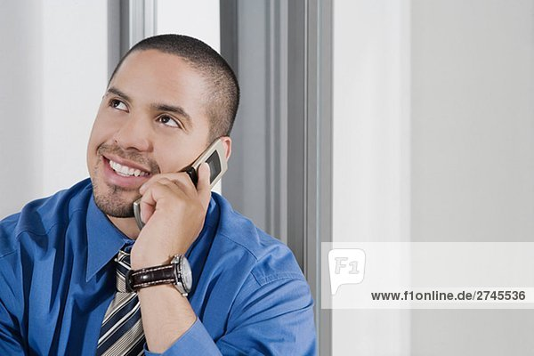 Nahaufnahme eines Mitte erwachsenen Menschen sprechen auf einem Mobiltelefon