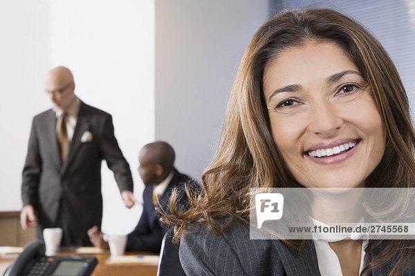 Porträt von geschäftsfrau mit ihren Kollegen im Hintergrund