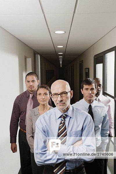 Geschäftsleute stehen in einem Korridor