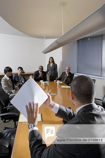 Geschäftsleute in einer Besprechung diskutieren