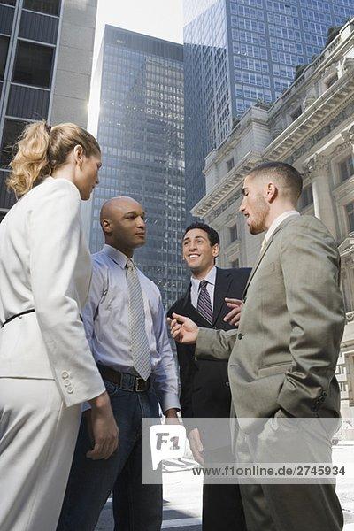 Seitenansicht stehend mit drei Geschäftsmänner geschäftsfrau