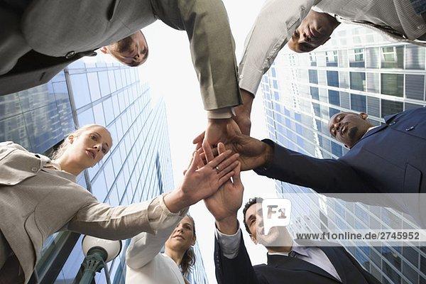 Untersicht von Führungskräften Stapeln Hände