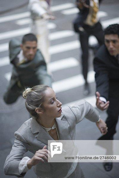 Erhöhte Ansicht der Entscheidungstrà ¤ ger jagt eine geschäftsfrau