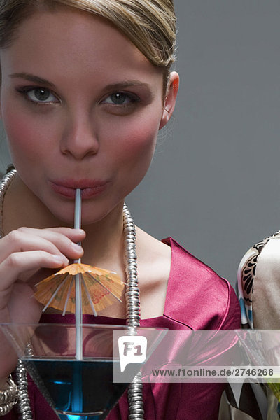 Portrait einer jungen Frau cocktail trinken