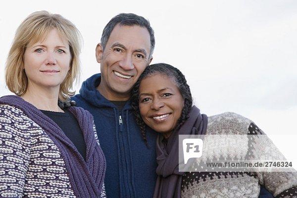 Portrait von drei Freunden lächelnd