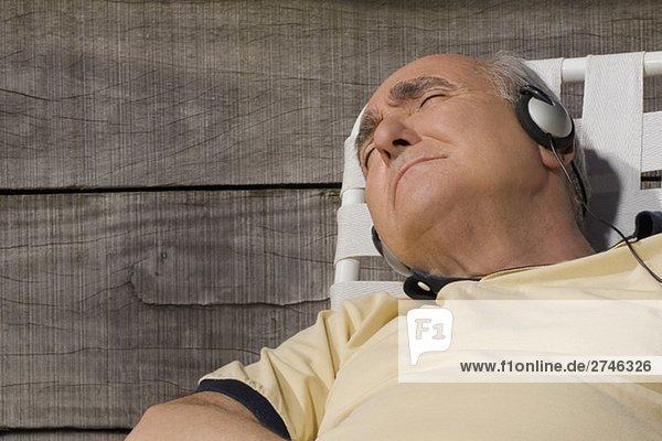 Senior Senioren Mann zuhören Close-up Musik Klassisches Konzert Klassik