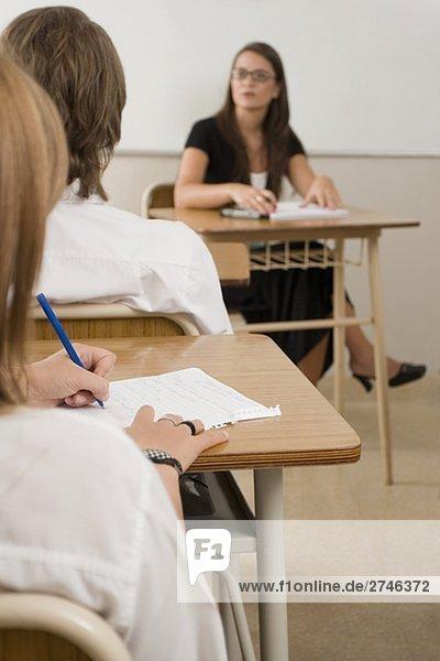 Weibliche Lehrer mit teenage Studenten im Klassenzimmer