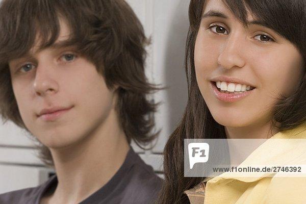 Ein Teenager und ein Teenagerin lächelnd portrait