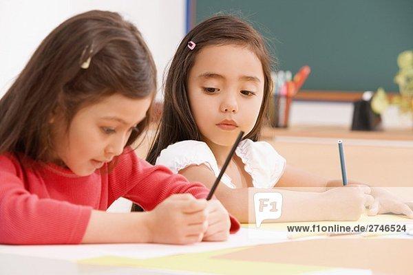Zwei Schülerinnen Malerei in eine Kunst-Klasse