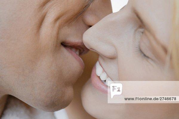 Nahaufnahme eines jungen Paares küssen einander
