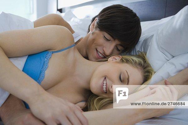 junges Paar romancing auf dem Bett