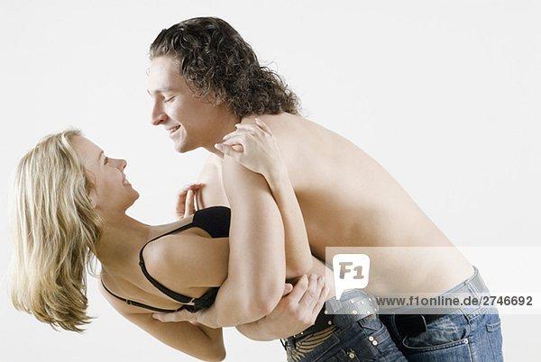 Seitenansicht ein junges paar romancing