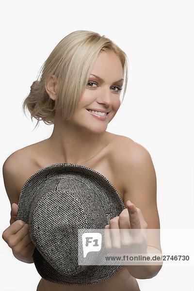 Portrait einer jungen Frau die Brust mit einem Hut und lächelnd