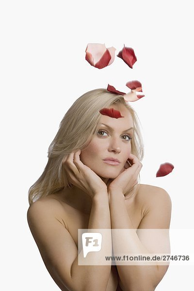 Rosenblüten  der auf einer jungen Frau