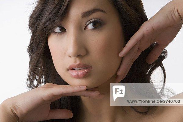 Nahaufnahme einer jungen Frau posieren